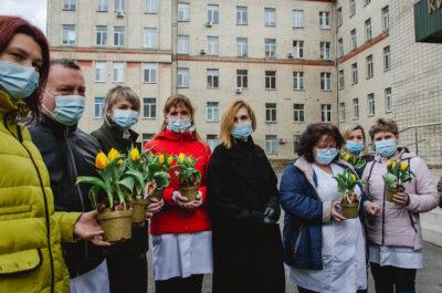 Посол Нідерландів подарував тюльпани українським лікарям