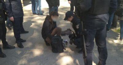 У Дніпрі затримали дівчину, яка носила в рюкзаку балончик та зеленку