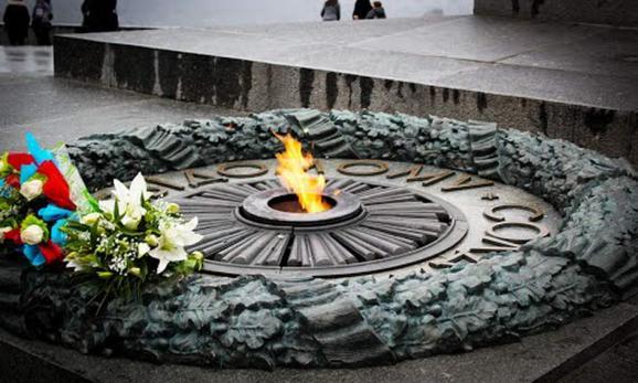 У Києві церемонія покладання квітів проходить спокійно
