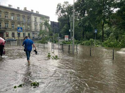 Зірвані дахи, дерева на автівках і потоп. Що наробив ураган у Львові. Фото. Відео